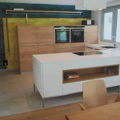 Ferienhaus:  Einbauküche von Innenarchitekturbüro Antje Bertuleit