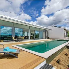 Casa MalhÃO: Piscinas de jardim  por CORE Architects