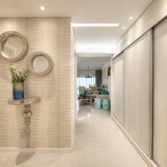 Renovação Apartamento Férias Salgados: Corredores e halls de entrada  por CORE Architects