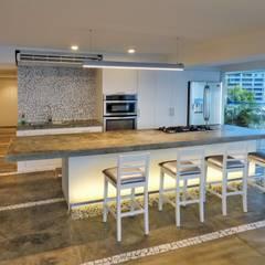 Apartamento de Playa: Cocinas de estilo  por RRA Arquitectura, Minimalista Concreto