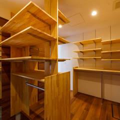 haus-flat シューズクローゼット: 一級建築士事務所hausが手掛けたウォークインクローゼットです。