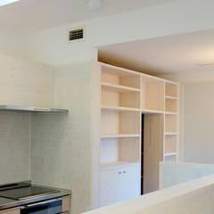 浦和の家: 小形徹*小形祐美子 プラス プロスペクトコッテージ 一級建築士事務所が手掛けたキッチン収納です。