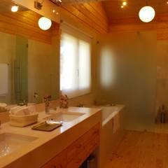 RUSTICASA | Casa unifamiliar | Santo Estevão: Casas de banho  por Rusticasa