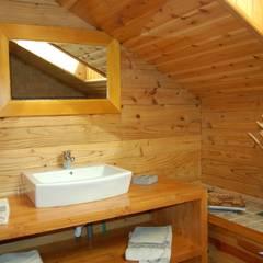 RUSTICASA | Casa de exposição | Vila Nova de Cerveira: Casas de banho  por Rusticasa
