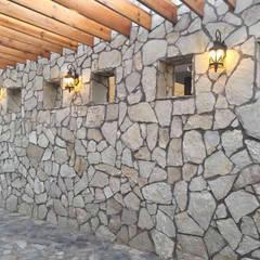 MURO DE PIEDRA LAJA EN CORREDOR PRINCIPAL: Paredes de estilo  por POLIGONO 93 ARQUITECTOS SA DE CV