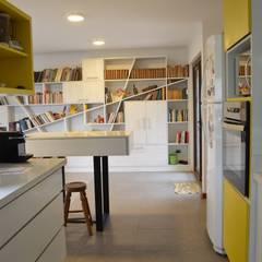 Vivienda Rendic: Cocinas de estilo  por Qarquitectura