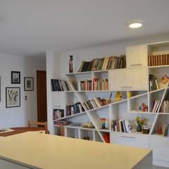 Vivienda Rendic: Estudios y biblioteca de estilo  por Qarquitectura