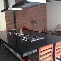 """Habilitación restaurante """"Uncorked"""": Restaurantes de estilo  por Qarquitectura"""