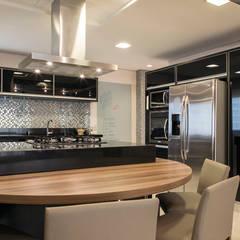 وحدات مطبخ تنفيذ Maluf & Ferraz interiores, حداثي صوان