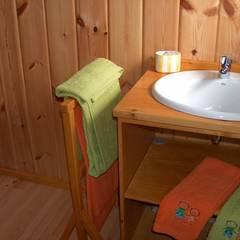 RUSTICASA | Casa Eco | Vila Nova de Cerveira: Casas de banho  por Rusticasa