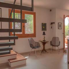 Renovación de una casa en las colinas de Sitges: Pasillos y vestíbulos de estilo  de Rardo - Architects