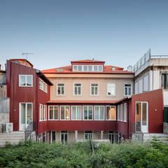 Casa dos Pátios: Habitações multifamiliares  por Pedro Ferreira Architecture Studio Lda