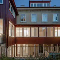 Fachada tardoz: Habitações multifamiliares  por Pedro Ferreira Architecture Studio Lda
