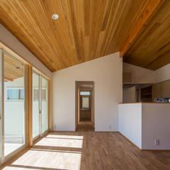 家族と庭と暮らす家: 株式会社 井川建築設計事務所が手掛けた窓です。