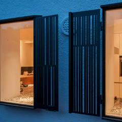 Una casa que se abre a su jardin en Sitges: Ventanas de estilo  de Rardo - Architects