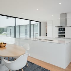 Built-in kitchens by HUGO MONTE | ARQUITECTO, Minimalist Engineered Wood Transparent