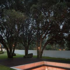 Jardines zen de estilo  por HUGO MONTE | ARQUITECTO,