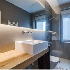 Reforma en el Ensanche de Pamplona: Baños de estilo  de TALLER VERTICAL Arquitectura + Interiorismo,
