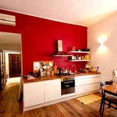 Ristrutturazione appartamento: Cucina attrezzata in stile  di MBquadro Architetti
