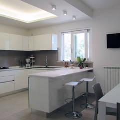 cucina: Cucina attrezzata in stile  di Emanuela Gallerani Architetto