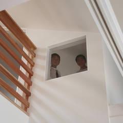 書斎の小窓: atelier mが手掛けた書斎です。