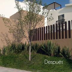 Jardín de entrada al fraccionamiento después de ser intervenido: Jardines en la fachada de estilo  por Hábitas