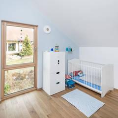 Klassik trifft Moderne:  Babyzimmer von wir leben haus