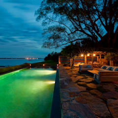 Shelter Island Pool & Terrace:  Infinity Pool by andretchelistcheffarchitects