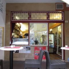 Il vecchio ingresso al café, la vetrina: Bar & Club in stile  di melle-metzen architects