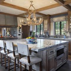 Round Hill Estate:  Kitchen by andretchelistcheffarchitects