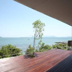 SEE  SEA  HOUSE  (海が見える家): MITSUTOSHI   OKAMOTO   ARCHITECT   OFFICE 岡本光利一級建築士事務所が手掛けたテラス・ベランダです。,北欧
