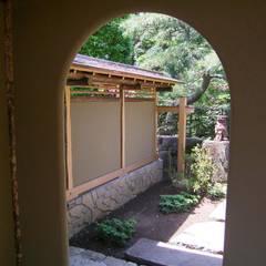 Jardines en la fachada de estilo  por 一級建築士事務所 匠拓