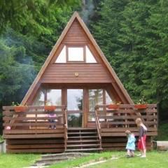 Chalés e casas de madeira  por SİSNELİ AHŞAP EV - AĞAÇ EV - KÜTÜK EV - BUNGALOV -KAMELYA