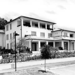 Facciata principale: Villa in stile  di Morelli & Ruggeri Architetti