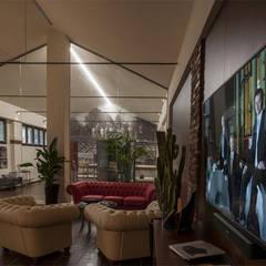 Night light: Complessi per uffici in stile  di Officine Locati