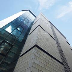 KKI BUILDING: 라움플랜 건축사사무소의  주택