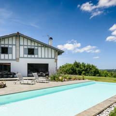 Rénovation complète ferme traditionnelle avec création piscine et pool-house : Piscines  de style  par Agence CréHouse