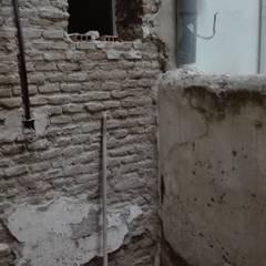 Entrada a la vivienda durante la obra: Puertas de estilo  de SH Interiorismo