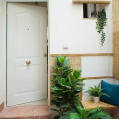 Entrada a la vivienda: Puertas de estilo  de SH Interiorismo