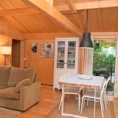 RUSTICASA   Casa da Árvore   Arcos de Valdevez: Salas de estar  por Rusticasa