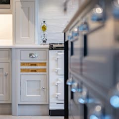 Mr & Mrs G, Hurley:  Built-in kitchens by Raycross Interiors