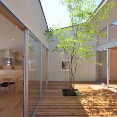 LDK・中庭・こども室: TEKTON | テクトン建築設計事務所が手掛けた庭です。