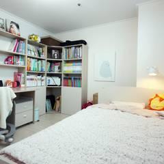 광장동 32평 내츄럴 홈스타일링: homelatte의  아이방