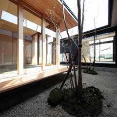 中庭: TEKTON | テクトン建築設計事務所が手掛けた枯山水です。