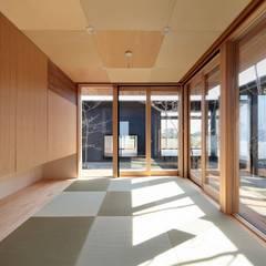 Salas de entretenimiento de estilo  por TEKTON | テクトン建築設計事務所