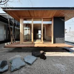 LDKより和室を見る: TEKTON | テクトン建築設計事務所が手掛けた枯山水です。