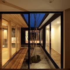 玄関より中庭を見る: TEKTON | テクトン建築設計事務所が手掛けた枯山水です。
