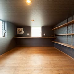 ロフトにある旦那さんの趣味部屋: 株式会社かんくう建築デザインが手掛けた書斎です。