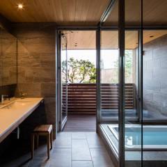北アルプスを望むバスルーム: 藤松建築設計室が手掛けた浴室です。