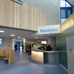 De Receptiebalie is aangepast en beter zichtbaar:  Ziekenhuizen door Jan Detz Interieurarchitect